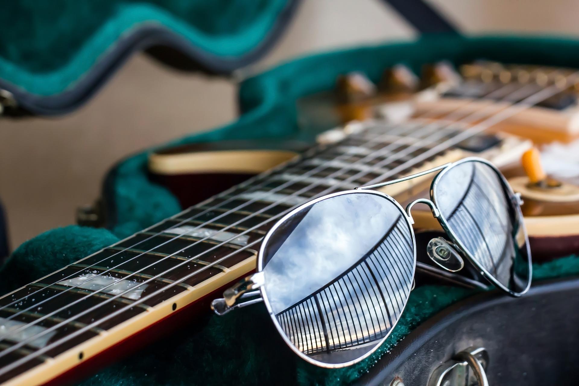 Gitarre und Sonnenbrille ()