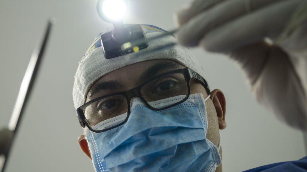 Zahnarzt mit chirurgischem Mund-Nasen-Schutz
