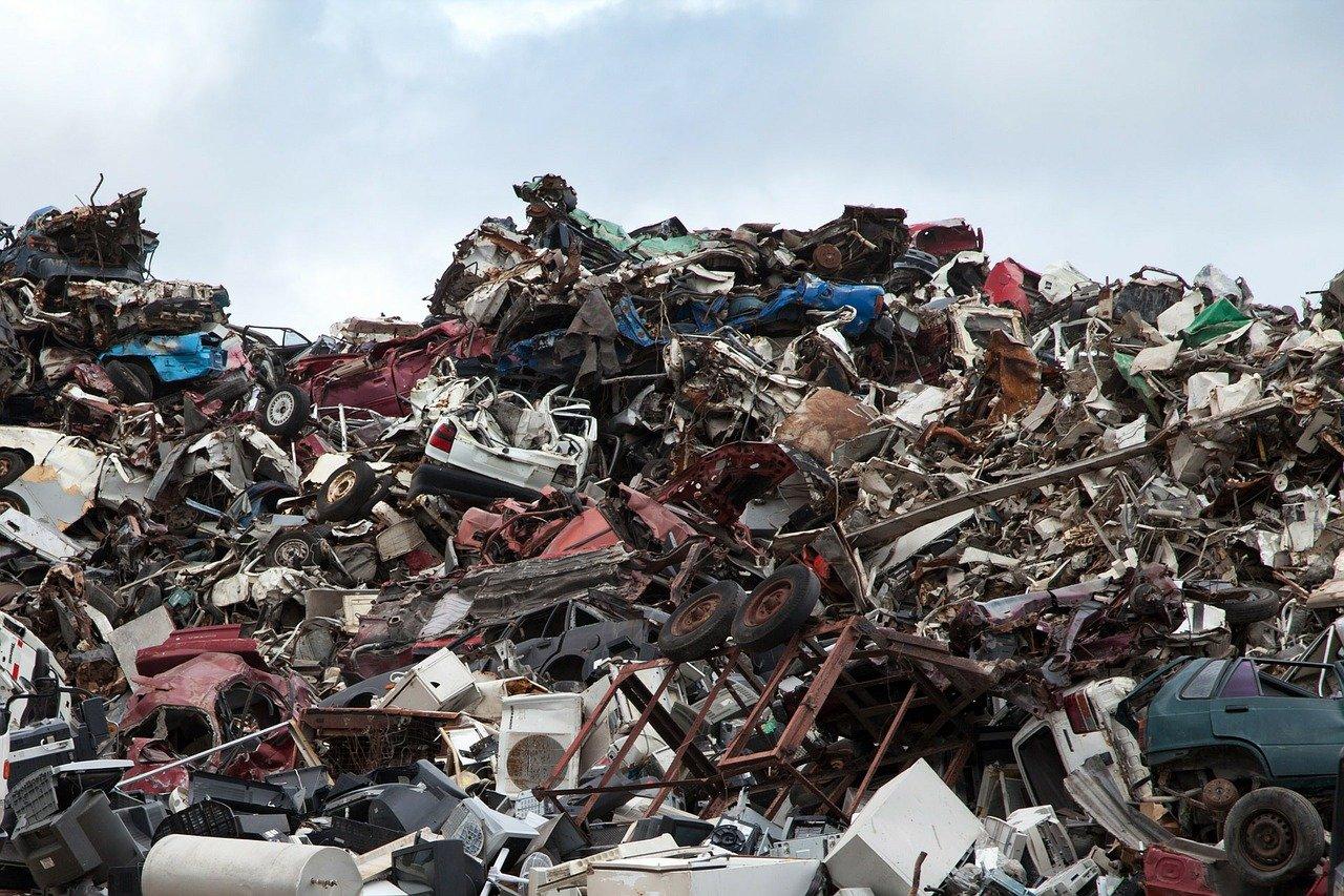 Müllberg auf einem Schrottplatz