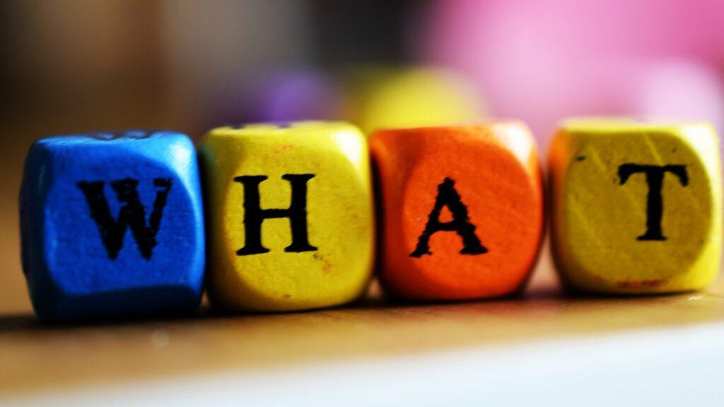 """Würfel, die das Wort """"WHAT"""" ergeben"""